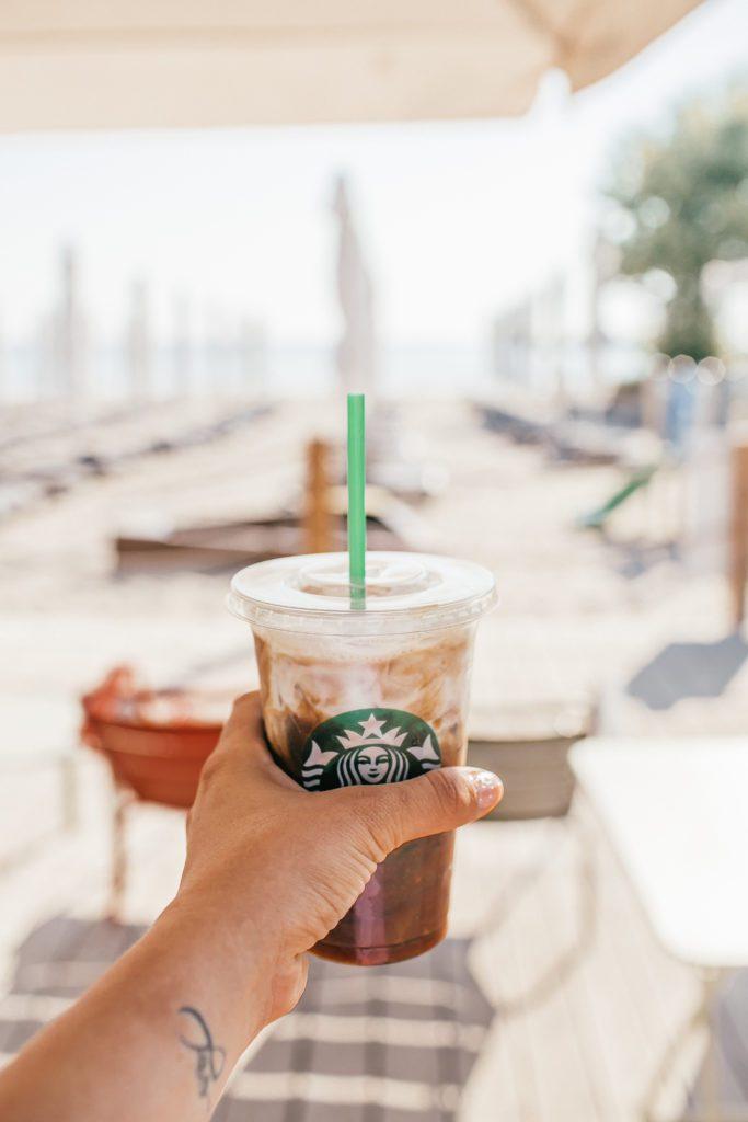 bardzo fajny Starbucks na plaży przy Grand Hotelu I Sheratonie